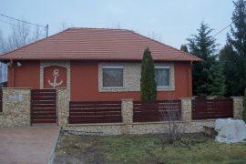 Családi ház külső felújítása rengeteg kőburkolattal, 2011